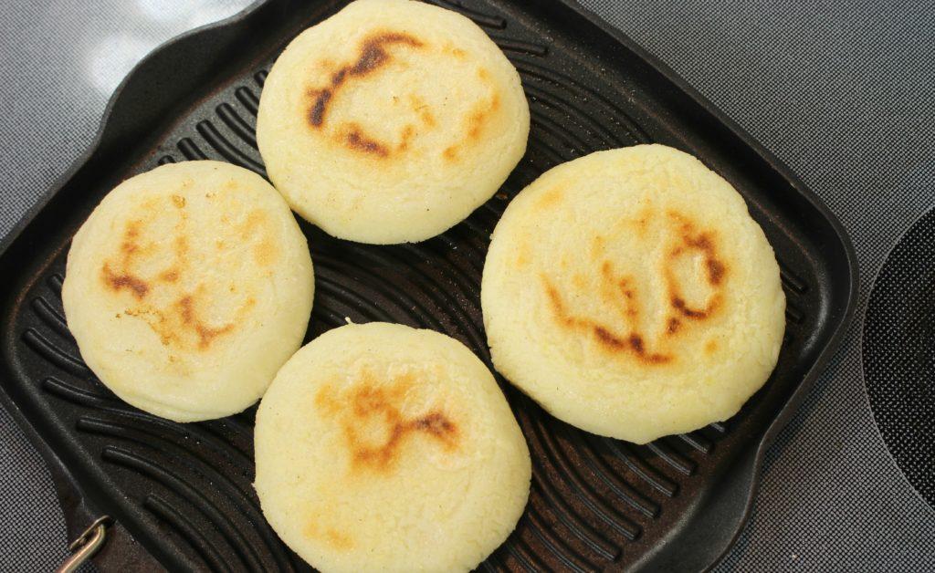 como hacer arepas en budare venezolano